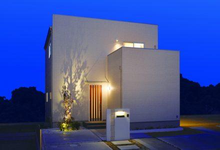 夕暮れに浮かぶ美しいフォルム 自分たちサイズのデザイン住宅