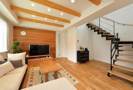 広がりのある空間を叶えるスケルトン階段のある家