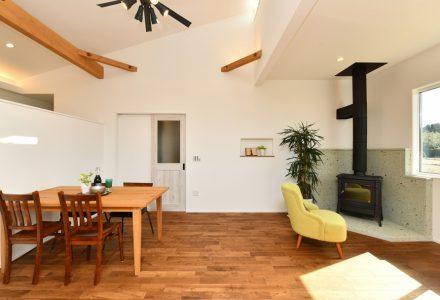 太陽光発電と薪ストーブのある四季を通じて快適な平屋の家
