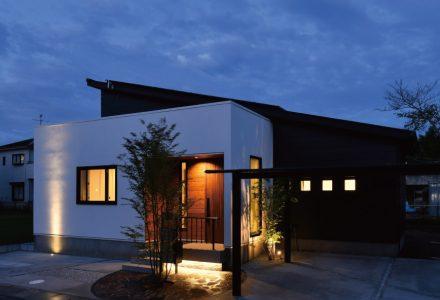 太陽光発電と床下冷暖房でかしこく暮らす平屋