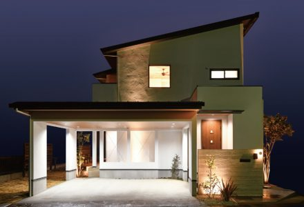 ダウンリビングを愉しむ 白い塗り壁のガレージハウス