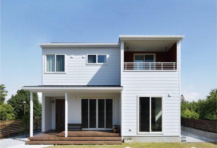 ひろびろウッドデッキのあるシンプルデザインの家